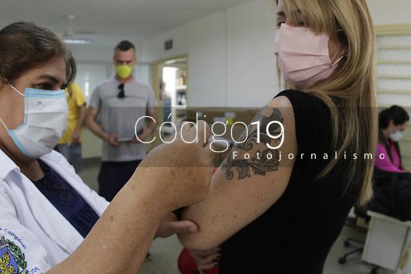 Campinas (SP), 14/08/2021 - Vacinacao Covid-19 - No 'Dia D' realizado pela secretaria de Saude da cidade de Campinas (SP), neste sabado (14) para a segunda dose da vacina contra a covid-19, foram vacinadas 8934 pessoas ate as 11h. Este e o primeiro Dia D exclusivo para que os moradores completem o esquema vacinal e o balanco e o parcial. Um outro levantamento deve ser divulgado ainda na tarde de hoje.<br /> A expectativa e vacinar ao longo do dia cerca de 22 mil pessoas que receberam a primeira dose no dia 22 de maio.<br /> A maior parte do publico e formada por maiores de 45 anos portadores de comorbidades.. Foto: Denny Cesare/Codigo 19 (Foto: Denny Cesare/Codigo 19/Codigo 19)