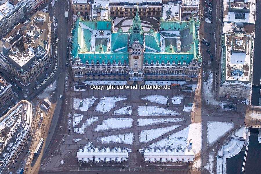 Hamburger Rathaus im Winter mit Spuren im Schnee: EUROPA, DEUTSCHLAND, HAMBURG, (EUROPE, GERMANY), 03.03.2005: Hamburger Rathaus im Winter mit Spuren im Schnee