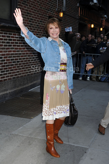 NEW YORK - MARCH 24: Actress Mary Tyler Moore visits the 'Late Show with David Letterman' at the Ed Sullivan Theater on March 24, 2009 in New York City<br /> <br /> <br /> People:  Mary Tyler Moore
