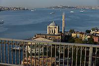 TURKEY Istanbul, Ortakoy mosque, crossing Bosporus bridge from Europe to Asia / TUERKEI Istanbul, Bosporus Bruecke, Verbindung zwischen Europa und Asien, Blick auf Ortaköy Moschee und den Bosporus