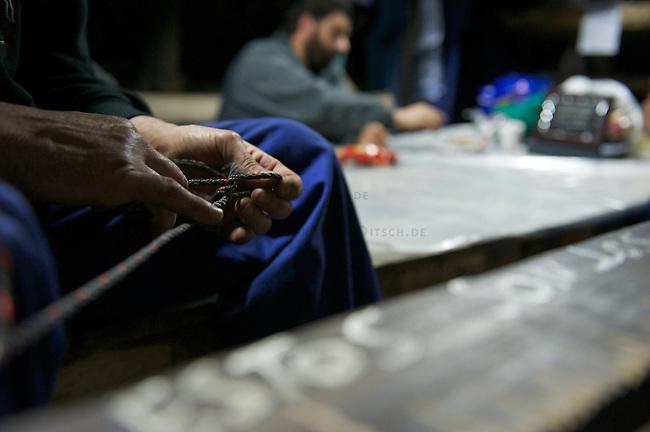 Bergarbeiterstreik in Spanien.<br /> In dem Dorf Santa Cruz del Sil der Provinz Leon haben 8 Bergarbeiter am 21. Mai 2012  beschlossen, sich so lange in der Mine einzuschliessen, bis alle Mineros ihren vollen Lohn von der Firmenleitung erhalten. Die Firmenleitung hatte ihnen im Mai 2012 nur die Haelfte des Lohns ausgezahlt. Seit dem wird die Mine bestreikt.<br /> Im Bild: Die eingeschlossenen Mineros in ihrem Aufenthaltsraum, 3.000 Meter weit im Berg. Ein Minero uebt zum Zeitvertreib verschiedene Knoten.<br /> 3.7.2012, Santa Cruz del Sil/Asturien/Spanien<br /> Copyright: Christian-Ditsch.de<br /> [Inhaltsveraendernde Manipulation des Fotos nur nach ausdruecklicher Genehmigung des Fotografen. Vereinbarungen ueber Abtretung von Persoenlichkeitsrechten/Model Release der abgebildeten Person/Personen liegen nicht vor. NO MODEL RELEASE! Nur fuer Redaktionelle Zwecke. Don't publish without copyright Christian-Ditsch.de, Veroeffentlichung nur mit Fotografennennung, sowie gegen Honorar, MwSt. und Beleg. Konto: I N G - D i B a, IBAN DE58500105175400192269, BIC INGDDEFFXXX, Kontakt: post@christian-ditsch.de<br /> Bei der Bearbeitung der Dateiinformationen darf die Urheberkennzeichnung in den EXIF- und  IPTC-Daten nicht entfernt werden, diese sind in digitalen Medien nach §95c UrhG rechtlich geschuetzt. Der Urhebervermerk wird gemaess §13 UrhG verlangt.]