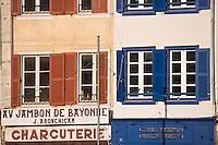 Europe/France/Aquitaine/64/Pyrénées-Atlantiques/Pays Basque/ Bayonne: Détail maisons sur les quais  de la Nive et enseigne charcuterie: Au Jambon de Bayonne