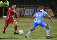 TUNJA - COLOMBIA, 14-10-2017 . Edson Vásquez (Izq.) jugador de Patriotas de Boyacá disputa el balón con Juan Pablo Zuluaga (Der.) jugador de Jaguares de Córdoba  durante partido por la fecha 15 de la Liga Aguila II 2017 jugado en el estadio La Independencia  de la ciudad de Tunja. / Edson Vasquez (L) player of Patriotas Boyaca fights for the ball with Juan Pablo Zuluaga (R) player of Jaguares of Cordoba during match for the date 15 of the Liga Aguila II 2017 played at the Independencia Stadium in Tunja city . Photo:VizzorImage /José Miguel Palencia  / Contribuidor