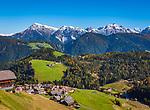 Italien, Suedtirol (Trentino - Alto Adige), Dolomiten, Untermoital: Bergdorf Untermoi (Antermoia) vor den Pragser Dolomiten | Italy, South Tyrol (Trentino - Alto Adige), Antermoia Valley: mountain village Untermoi (Antermoia) and Dolomiti di Braies mountains