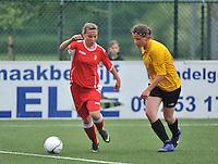 Lierse U16 - Standard de Liege U16 : Maud Dupont (links) aan de bal voor Heleen De Schrijver (rechts).foto DAVID CATRY / Nikonpro.be