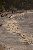 """Distrito de Belém, a ilha de Mosqueiro situada a  a 70 km do centro da capital paraense,  possui 17 Km de praias  de água doce, com movimento de maré, as mais conhecidas são:   Areão; Trapiche; Do Bispo; Praia grande; Prainha; Farol (Ilha do Amor); Chapéu Virado; Marahu; Porto Artur; Murubira; Ariramba; São Francisco, Carananduba; Paraíso; Baía do Sol.<br /> <br /> Mosqueiro, uma ilha   fluvial localizada na costa oriental do rio Pará, no braço sul do rio Amazonas, em frente à baía do Guajará. Possui uma área de aproximadamente 212 km² <br /> O nome """"Mosqueiro"""" é originário da antiga prática do """"moqueio"""" do peixe pelos indígenas tupinambás que habitavam a ilha.<br /> <br /> No início dos anos 80 os velejadores descobriram as potencialidades da ilha para a prática de windsurf e vela de um modo geral.Por mais de vinte anos,foi point obrigatório para os iatistas paraenses,inclusive os velejadores Torben Grael e Robert Sheidt já estiveram por lá<br /> <br /> Ilha do Mosqueiro, Belém, Pará, Brasil.<br /> Foto Paulo Santos/Acervo H<br /> 27/09/2009"""