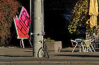 """Protest der Anwohner an der Windmühlenstraße 23-31 / Grünewaldstraße 13-19 und Brüderstraße 1-4 - die Häuser in denen sie wohnen sollen saniert werden - doch damit verliert das Viertel seinen Charme und die Wohnungen ihre Erschwinglichkeit - im Bild: Protestschild """"hier"""" daneben Café Stühle vom Café cantona..Foto: aif / Norman Rembarz..Jegliche kommerzielle wie redaktionelle Nutzung ist honorar- und mehrwertsteuerpflichtig! Persönlichkeitsrechte sind zu wahren. Es wird keine Haftung übernommen bei Verletzung von Rechten Dritter. Autoren-Nennung gem. §13 UrhGes. wird verlangt. Weitergabe an Dritte nur nach  vorheriger Absprache. Online-Nutzung ist separat kostenpflichtig.."""