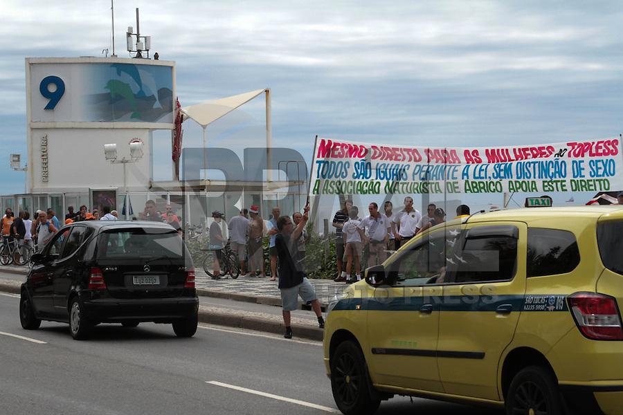 RIO DE JANEIRO, RJ, 21.11.2013 - Manifestante a favor da não criminalização do topless na Praia de Ipanema, Zona Sul da cidade, neste primeiro dia do verão. (Foto. Néstor J. Beremblum / Brazil Photo Press)