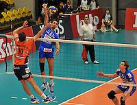 Knack Roeselare - ACH Volley Ljubljana : Joppe Paulides met de smash voorbij de blokkende Uros Kovacevic.foto VDB / BART VANDENBROUCKE