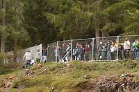 DFB Sicherheit schickt die Fans hinter den Zaun mit dem entfernten Sichtschutz - Seefeld 29.05.2021: Trainingslager der Deutschen Nationalmannschaft zur EM-Vorbereitung
