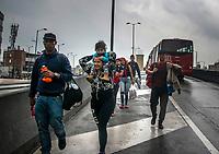 BOGOTA - COLOMBIA, 15 - 11 - 2018: Marcha pacifica por los estudiantes de las universidades publicas de Bogotá exigiendo presupuesto para la educacion, lo que al comienzo fue una movilizacion pacifica, luego se convirtio en una zona de enfrentamientos entre los estudiantes y la policia / Pacific march by the students of publics universities of Bogotá demanding budget for the education, what at the beggining was a pacific marchs, then became in clashes between the students and the police . Photo: VizzorImage / Nicolas Aleman / Cont