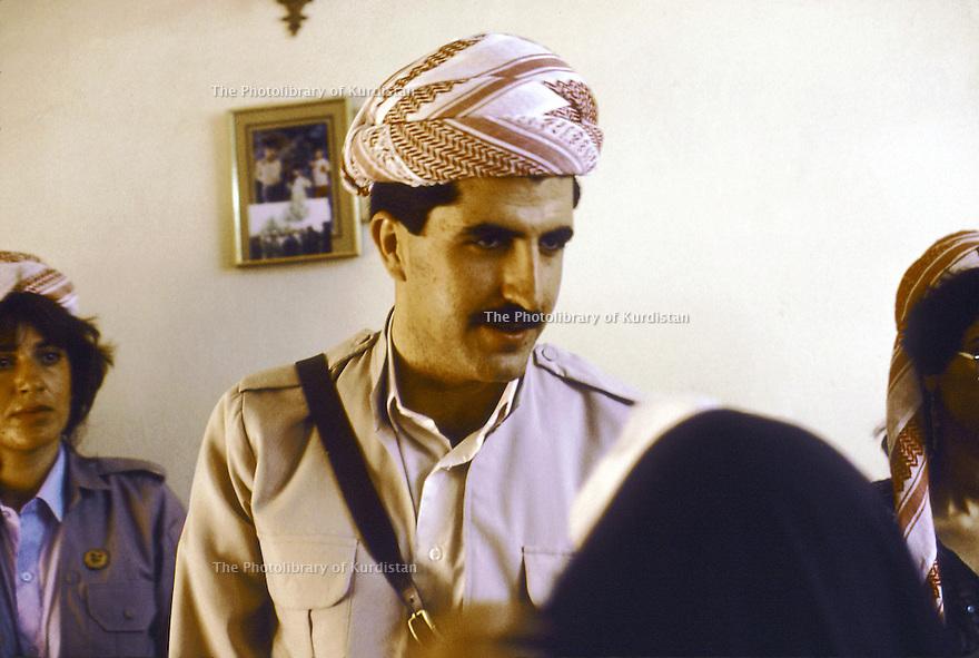 Irak 1991   Nechirvan Barzani reçu chez une famille à Duhok     Iraq 1991  Nechirvan Barzani visiting a family in Duhok