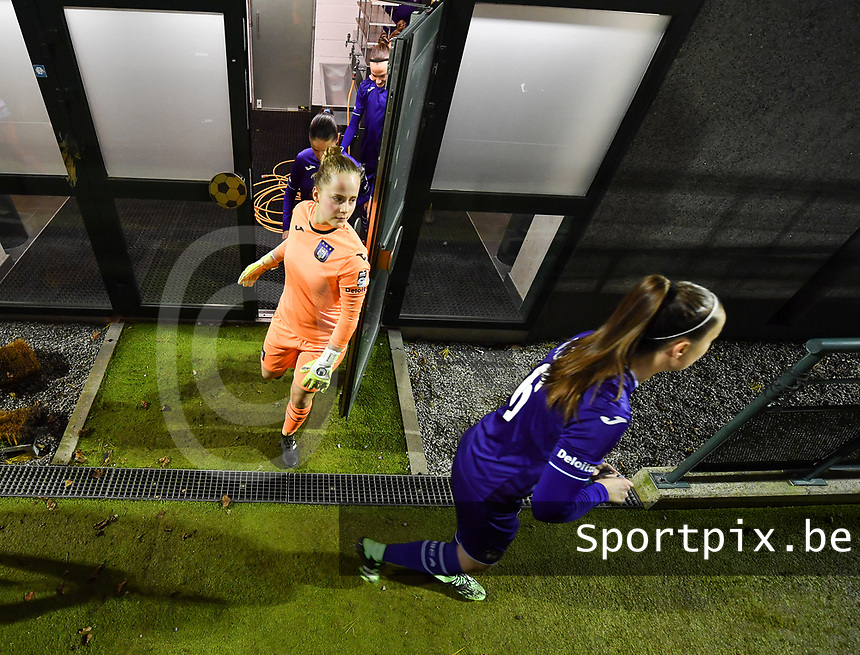illustration picture showing the players of Anderlecht wth goalkeeper Lowiese Seynhave (1) of Anderlecht entering the pitch during a female soccer game between RSC Anderlecht Dames and SV Zulte Waregem on the 10 th matchday of the 2020 - 2021 season of Belgian Womens Super League , friday 18 th of December 2020  in Tubize , Belgium . PHOTO SPORTPIX.BE | SPP | DAVID CATRY