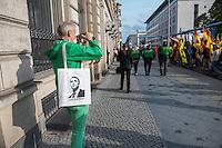 """Knapp 100 Mitglieder und Anhaenger der sog. """"Identitaeren"""" demonstrierten am Freitag den 17. Juni 2016 in Berlin. Angemeldet waren laut Veranstalter 400 Teilnehmer. Die rechtsextremen Teilnehmer des Aufmarsches kamen aus Berlin, Bayern und Oestrreich und skandierten Parolen wie """"Berlin ist unsere Stadt"""", """"Festung Europa, macht die Grenzen dicht"""" und No Border, No Nation, Stop Immigration"""".<br /> Im Bild: Ein Sympathiesant des Aufmarsches mit einem Stoffbeutel auf dem das Konterfei des AfD-Scharfmachers Bernd Hoecke mit dem Spruch """"Geht Aufrecht"""" gedruckt ist.<br /> 17.6.2016, Berlin<br /> Copyright: Christian-Ditsch.de<br /> [Inhaltsveraendernde Manipulation des Fotos nur nach ausdruecklicher Genehmigung des Fotografen. Vereinbarungen ueber Abtretung von Persoenlichkeitsrechten/Model Release der abgebildeten Person/Personen liegen nicht vor. NO MODEL RELEASE! Nur fuer Redaktionelle Zwecke. Don't publish without copyright Christian-Ditsch.de, Veroeffentlichung nur mit Fotografennennung, sowie gegen Honorar, MwSt. und Beleg. Konto: I N G - D i B a, IBAN DE58500105175400192269, BIC INGDDEFFXXX, Kontakt: post@christian-ditsch.de<br /> Bei der Bearbeitung der Dateiinformationen darf die Urheberkennzeichnung in den EXIF- und  IPTC-Daten nicht entfernt werden, diese sind in digitalen Medien nach §95c UrhG rechtlich geschuetzt. Der Urhebervermerk wird gemaess §13 UrhG verlangt.]"""
