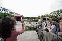 Tausende Menschen kamen zum Gedenken an den 70. Jahrestag der Befreiung Deutschlands vom Nationalsozialismus und der Kapitulation des NS-Regime am Samstag den 9. Mai 2015 zum Sowjetischen Ehrenmal in Berlin-Treptow.<br /> 9.5.2015, Berlin<br /> Copyright: Christian-Ditsch.de<br /> [Inhaltsveraendernde Manipulation des Fotos nur nach ausdruecklicher Genehmigung des Fotografen. Vereinbarungen ueber Abtretung von Persoenlichkeitsrechten/Model Release der abgebildeten Person/Personen liegen nicht vor. NO MODEL RELEASE! Nur fuer Redaktionelle Zwecke. Don't publish without copyright Christian-Ditsch.de, Veroeffentlichung nur mit Fotografennennung, sowie gegen Honorar, MwSt. und Beleg. Konto: I N G - D i B a, IBAN DE58500105175400192269, BIC INGDDEFFXXX, Kontakt: post@christian-ditsch.de<br /> Bei der Bearbeitung der Dateiinformationen darf die Urheberkennzeichnung in den EXIF- und  IPTC-Daten nicht entfernt werden, diese sind in digitalen Medien nach §95c UrhG rechtlich geschuetzt. Der Urhebervermerk wird gemaess §13 UrhG verlangt.]