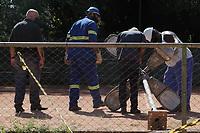 Campinas (SP), 22/02/2021-Acidente - Um homem de 52 anos morreu na noite de domingo (21), na Lagoa do Taquaral, na cidade Campinas (SP). Segundo informações da prefeitura, Eduardo Girotto jogava tênis em uma das quadras do parque quando encostou em um poste de iluminação localizado entre as quadras e foi eletrocutado. Ele teria morrido de uma parada cardíaca, após a descarga elétrica.<br /> Funcionários da prefeitura estiveram no local na manha desta segunda-feira (22) e fizeram a retirada do poste.