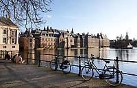 Nederland Den Haag -  maart 2021.  Fietsen bij de Hofvijver.  Foto Berlinda van Dam / ANP / HH