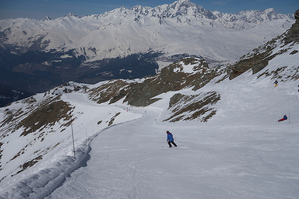 Beth skiing the Aiguille Rouge Piste, Les Arcs, France.