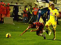TUNJA- COLOMBIA-04-05-2013: Juan Perez (Izq.) jugador de Boyaca Chico F.C., lucha por el balón con Marco Canchilla (Der.) del Atletico Huila durante partido en el estadio La Independencia de la ciudad de Tunja, abril mayo 4 de 2013. Boyaca Chico F.C.y Atletico Huila durante partido por la decimocuarta fecha de la Liga Postobon I. (Foto: VizzorImage / José Palencia / Str). Juan Perez (L) jugador de Boyaca Chico F.C., fights for the ball with con Marco Canchilla (R) from Atletico Huila during game in La Independencia stadium in Tunja City, May 4, 2013, during match for the fourtenth round of the Postobon League I. (Photo: VizzorImage / Jose Palencia / Str).