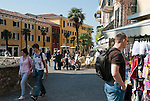 Italy, Lombardia, Sirmione, located on a small peninsula on the South Banks of Lake Garda: pavement cafes, restaurants, shopping at Old Town   Italien, Lombardei, Gardasee, Sirmione, auf einer Halbinsel am Suedufer des Gardasees gelegen: Cafes und Restaurants, Shopping in der Altstadt