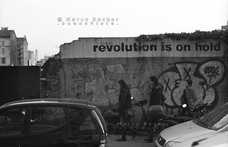 Milano, riqualificazione dell'area Porta Nuova. Graffiti e scritte su un muro al quartiere Isola. Milan, requalification of Porta Nuova area. Graffiti and writings on a wall at Isola district