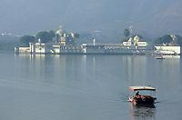 Asie/Inde/Rajasthan/Udaipur: Bateau sur le lac Pichola et en fond le palais sur l'île de Jag Mandir