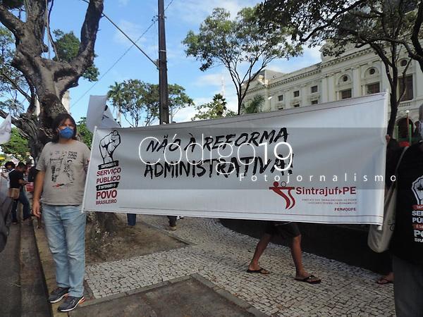 Recife (PE), 18/08/2021 - Protesto-Recife - Ato contra a PEC 32 e contra a reforma administrativa do serviço público é realizado em Recife, nesta quarta-feira-feira (18). Sindicatos é movimentos sociais realizam uma passeata pelo centro do Recife.
