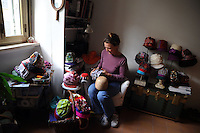 Artigiani a San Lorenzo , quartiere storico di Roma..Craftsmen in San Lorenzo, historic district of Rome. .Christina Herup, modista danese, mentre prepara i cappelli con stoffe riciclate..Christina Herup, danish milliner, while preparing the hats with recycled fabrics..