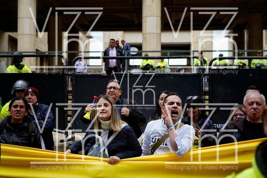 BOGOTÁ - COLOMBIA, 08-10-2019:Manifestantes a favor y en contra del expresidente Alvaro Uribe, se hicieron presentes a las afueras del Palacio de Justicia durante la indagatoria del senador ./  <br /> Supporting protesters and protesters against former President Alvaro Uribe, were present outside the Palace of Justice during the Senator's inquiry. Photo: VizzorImage / Diego Cuevas  / Contribuidor