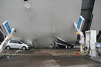 Capivari (SP), 18/11/2020 - Chuva-SP - Um forte temporal que atingiu a cidade de Capivari, interior de São Paulo, na noite desta terça-feira (17), derrubou a estrutura de um posto de combustíveis. Não há registro de vítimas. De acordo com o Corpo de Bombeiros, a estrutura do posto, que fica no início da Rua Bento Dias, não aguentou as fortes rajadas de vento que atingiram o munícipio durante o temporal. Um veículo foi atingido.