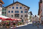 Austria, Tyrol, Kitzbuehel: town centre with cafés, restaurants and partial pedestrian area | Oesterreich, Tirol, Kitzbuehel-Zentrum: Hinterstadt mit Cafès, Restaurants und teilweiser Fussgaengerzone