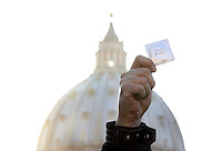 Un manifestante tiene in mano un profilattico durante una protesta indetta dai Radicali Italiani a Roma, 23 marzo, 2009, davanti a Piazza San Pietro, contro la presa di posizione di Papa Benedetto XVI nei confronti del preservativo come strumento di lotta all'Aids..A demonstrator holds a condom during a protest in Rome, 23 march 2009, in front of St. Peter square. Critics worldwide condemned Pope Benedict XVI's rejection of condoms to fight the AIDS epidemic, during his pilgrimage to Africa..UPDATE IMAGES PRESS/Riccardo De Luca