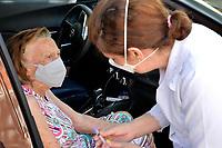 Porto Alegre (RS), 10/02/2021 - Vacina-Porto Alegre - A vacinação para idosos com 90 anos de idade começa a ser aplicada em Unidades de Saúde como o IAPI em sistema Drive-thrus em dez locais diferentes de atendimento para imunização contra a Covid-19, em Porto Alegre, nesta quarta-feira (10).