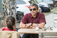 """Blindentrainer Juan Ruiz motiviert als Coach Kinder und Jugendliche mit Sehbehinderung und lehrt ihnen unter anderem mit einer einzigartigen Technik durch Klicklaute sich raeumlich zu orientieren. Der  38-Jaehrige gebuertige Mexikaner ist von Geburt an blind und hat Grand Canyon durchwandert,  Gebirge erklommen und den Weltrekord im blinden Mountainbiken.<br /> Im Bild: Juan Ruiz in Berlin beim Choaching mit der 10-Jaehrigen Violet. Die Eltern des Maedchens haben den Verein """"Anderes Sehen e.V."""" gegruendet. Ziel des Vereins ist die Durchsetzung fortschrittlicherer Foerderung blinder Kinder und besserer Voraussetzungen eines selbstbestimmten Lebens blinder Menschen.<br /> 17.5.2019, Berlin<br /> Copyright: Christian-Ditsch.de<br /> [Inhaltsveraendernde Manipulation des Fotos nur nach ausdruecklicher Genehmigung des Fotografen. Vereinbarungen ueber Abtretung von Persoenlichkeitsrechten/Model Release der abgebildeten Person/Personen liegen nicht vor. NO MODEL RELEASE! Nur fuer Redaktionelle Zwecke. Don't publish without copyright Christian-Ditsch.de, Veroeffentlichung nur mit Fotografennennung, sowie gegen Honorar, MwSt. und Beleg. Konto: I N G - D i B a, IBAN DE58500105175400192269, BIC INGDDEFFXXX, Kontakt: post@christian-ditsch.de<br /> Bei der Bearbeitung der Dateiinformationen darf die Urheberkennzeichnung in den EXIF- und  IPTC-Daten nicht entfernt werden, diese sind in digitalen Medien nach §95c UrhG rechtlich geschuetzt. Der Urhebervermerk wird gemaess §13 UrhG verlangt.]"""