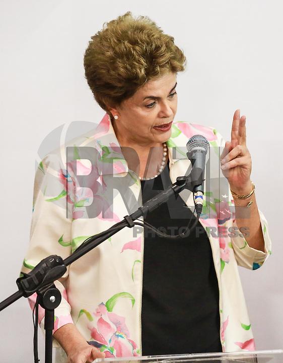 SÃO PAULO,SP, 22.02.2016 - DILMA-SP - A presidente da República Dilma Rousseff (PT), e governador Geraldo Alckmim (PSDB) acompanham o início da terceira e última fase de testes clínicos em voluntários da primeira vacina brasileira contra a dengue. A vacina é desenvolvida pelo Instituto Butantan, da Secretaria de Estado da Saúde. No Centro de Convenções Rebouças na região central de São Paulo nesta segunda-feira,22. (Foto: William Volcov/Brazil Photo Press)