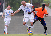 ENVIGADO -COLOMBIA-10-01-2014. Julian Figueroa (Der) de Envigado disputa el balón con Edwards Jimenez (Izq) de Once Caldas durante partido amistoso de pretemporada de la Liga Postobón I 2014 realizado en el Polideportivo Sur de la ciudad de Envigado./ Julian Figueroa (L) of Envigado fights for the ball with Edwards Jimenez (L) of Once Caldas during friendly match of  preseason of the Postobon League I 2014 at Polideportivo Sur in Envigado city.  Photo: VizzorImage/Luis Ríos/STR