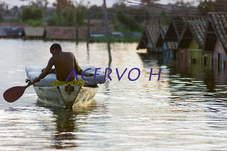 Enchente em Marabá.<br /> Moradores de Marabá usam barcos e canoas para sair de suas casas durante as cheias do rio Tocantins. <br /> Marabá, Pará, Brasil.<br /> Foto Paulo Santos.<br /> 15/02/2004.