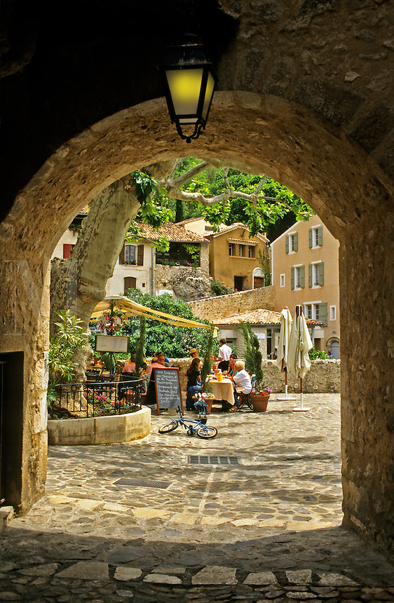 .Moustiers-Ste.-Marie, Alpes de Haute Provence.  Well-known Provencal village at the western end of the Gorges du Verdon.  France. Restaurant seen through archway..