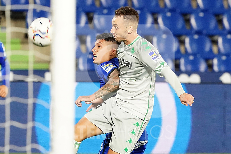 Getafe CF's Mathias Olivera (l) and Real Betis Balompie's Loren Moron during La Liga match. September 29,2020. (ALTERPHOTOS/Acero)