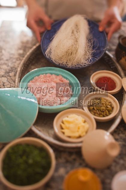 Afrique/Afrique du Nord/Maroc/Province d'Agadir/Tighanimine Elbaz: Ecolodge Atlas Kasbah - En cuisine préparation des briouats aux crevettes, préparation de la pâte de cheveux d'ange