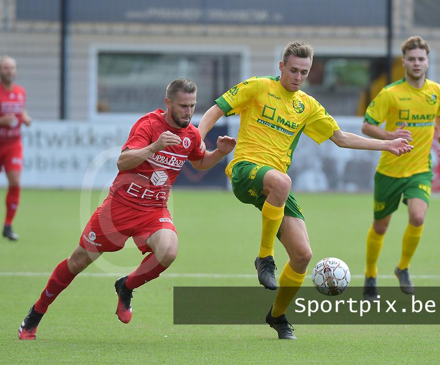 FC GULLEGEM - WITGOOR SPORT DESSEL :<br /> Dennis Geerts (R) houdt Benjamin Lutun (L) van de bal<br /> <br /> Foto VDB / Bart Vandenbroucke