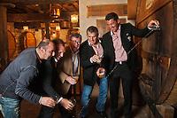 Europe/France/Aquitaine/64/Pyrénées-Atlantiques/Pays-Basque/Bayonne: Christian Constant avec Jérôme Thion, Sylvain Marconnet, Arnaud Héguy, joueurs de rugby à XV du BIarritz Olympique, au restaurant Cidrerie Ttipia [Non destiné à un usage publicitaire - Not intended for an advertising use]