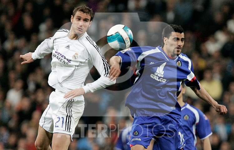 Real Madrid's Ivan Helguera against Getafe's Daniel Guiza during Spain's La Liga match at Santiago Bernabeu stadium in Madrid, Sunday March 04, 2007. (ALTERPHOTOS/Alvaro Hernandez).