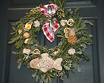 """Christmas wreath Colonial Williamsburg Virginia, wreath, Colonial Williamsburg Virginia is historic district 1699 to 1780 which made colonial Virgnia's Capitol, for most of the 18th century Williamsburg was the center of government education and culture in Colony of Virginia, George Washington, Thomas Jefferson, Patrick Henry, James Monroe, James Madison, George Wythe, Peyton Randolph, and others molded democracy in the Commonwealth of Virginia and the United States, Motto of Colonial Williamsburg is """"The furture may learn from the past,"""""""