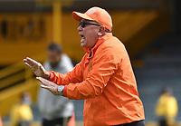 BOGOTA - COLOMBIA, 25-09-2021: Alberto Suarez, tecnico de Envigado F. C. gesticula durante partido de la fecha 11 entre Independiente Santa Fe y Envigado F. C. por la Liga BetPlay DIMAYOR II 2021, en el estadio Nemesio Camacho El Campin de la ciudad de Bogota. / Alberto Suarez, coach of Envigado F. C. gestures during a match of the 11th date between Independiente Santa Fe and Envigado F. C., for the BetPlay DIMAYOR II 2021 League at the Nemesio Camacho El Campin Stadium in Bogota city. / Photo: VizzorImage / Luis Ramirez / Staff.