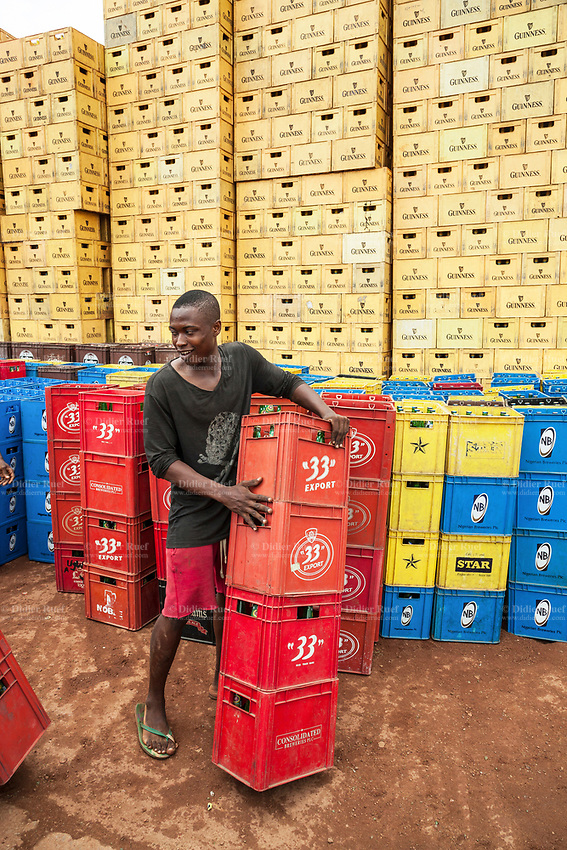 Nigeria. Enugu State. Enugu. Town center. An Igbo man is working at a bier retail dealer. He is loading and unloading bier bottles in plastic crates. 33 Export is a brand of beer belonging today to the Heineken group. NB is part of the Nigerian Breweries Plc, which is the largest brewing company in Nigeria. Guinness Nigeria is a subsidiary of Diageo Plc, which is a British multinational alcoholic beverages company. 10.07.06.19 © 2019 Didier Ruef