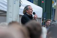 """Verschiedene Verschwoerungstheoretiker und rechte Gruppen versammelten sich am Montag den 21. April 2014 auf dem Potsdamer Platz zu einer sog. Montagsdemonstration unter dem Label """"Friedensbewegung 2.0"""". Zu der """"Manhwache"""" kamen weit ueber 1.00 Menschen.<br /> Die Macher der Montagsdemo-Mahnwachen sehen sich selber als eine """"Buergerbewegung fuer den Frieden, mit demokratischer demokratischer Gesinnung"""". In Redebeitraegen wird gegen das internationale Finanzkapital, namentlich festgemacht an dem Boersenspekulanten Georg Soros oder der Familie Rothschild, gewettert. Laut dem Organisator ist die US-Notenbank FED fuer die Kriege der letzten 100 Jahre verantwortlich.<br /> Unter den Teilnehmern der Demonstration befanden sich der Berliner NPD-Vorsitzende Sebastian Schmidtke mit Anhang und auch die rechten """"Reichsbuerger"""" die Deutschland als Staat ablehnen und das Deutsche Reich zurueck wollen.<br /> Kritiker der Veranstaltung bezeichnen die Veranstaltung als sog. """"Querfrontstrategie"""" bei der Rechte versuchen linke Themen zu besetzen ohne dass die Menschen bemerken, dass die Veranstalter Rechte sind.<br /> Im Bild: Andreas Popp redet zu den Kundgebungsteilnehmern.<br /> 21.4.2014, Berlin<br /> Copyright: Christian-Ditsch.de<br /> [Inhaltsveraendernde Manipulation des Fotos nur nach ausdruecklicher Genehmigung des Fotografen. Vereinbarungen ueber Abtretung von Persoenlichkeitsrechten/Model Release der abgebildeten Person/Personen liegen nicht vor. NO MODEL RELEASE! Don't publish without copyright Christian-Ditsch.de, Veroeffentlichung nur mit Fotografennennung, sowie gegen Honorar, MwSt. und Beleg. Konto:, I N G - D i B a, IBAN DE58500105175400192269, BIC INGDDEFFXXX, Kontakt: post@christian-ditsch.de<br /> Urhebervermerk wird gemaess Paragraph 13 UHG verlangt.]"""