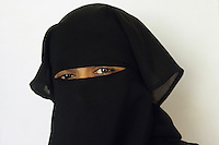 INDIA Bombay Mumbai, indian muslim woman with veil / INDIEN Bombay Mumbai, indische Muslim Frau mit Schleier