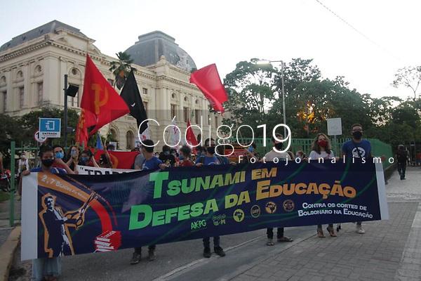 Recife - PE, 20/05/2021 - Estudantes realizam ato nesta quinta (20), no Bairro da Boa Vista no centro do Recife, contra os cortes na educação pelo Governo Federal.