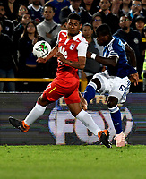 BOGOTÁ - COLOMBIA, 15-01-2019: Edwin Herrera (Izq.) jugador de Independiente Santa Fe disputa el balón con Felipe Román (Der.) jugador de Millonarios, durante partido Independiente Santa Fe y Millonarios, por el Torneo Fox Sports 2019, jugado en el estadio Nemesio Camacho El Campin de la ciudad de Bogotá. / Edwin Herrera (L) player of Independiente Santa Fe vies for the ball with Felipe Roman (R) player of Millonarios  during a match between Independiente Santa Fe and Millonarios, for the Fox Sports Tournament 2019, played at the Nemesio Camacho El Campin stadium in the city of Bogota. Photo: VizzorImage / Luis Ramírez / Staff.